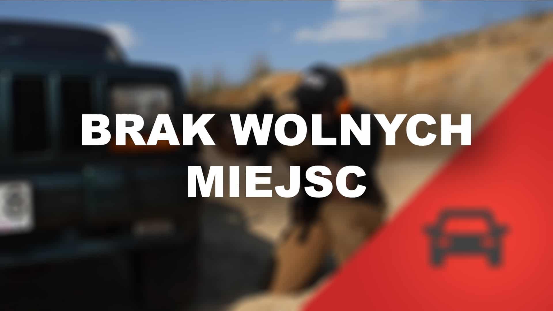 Instruktor demonstruje postawę strzelecką klęczącą, jest to fragment strzeleckiego szkolenai samochodowego Car And Around, inaczej VCQB.