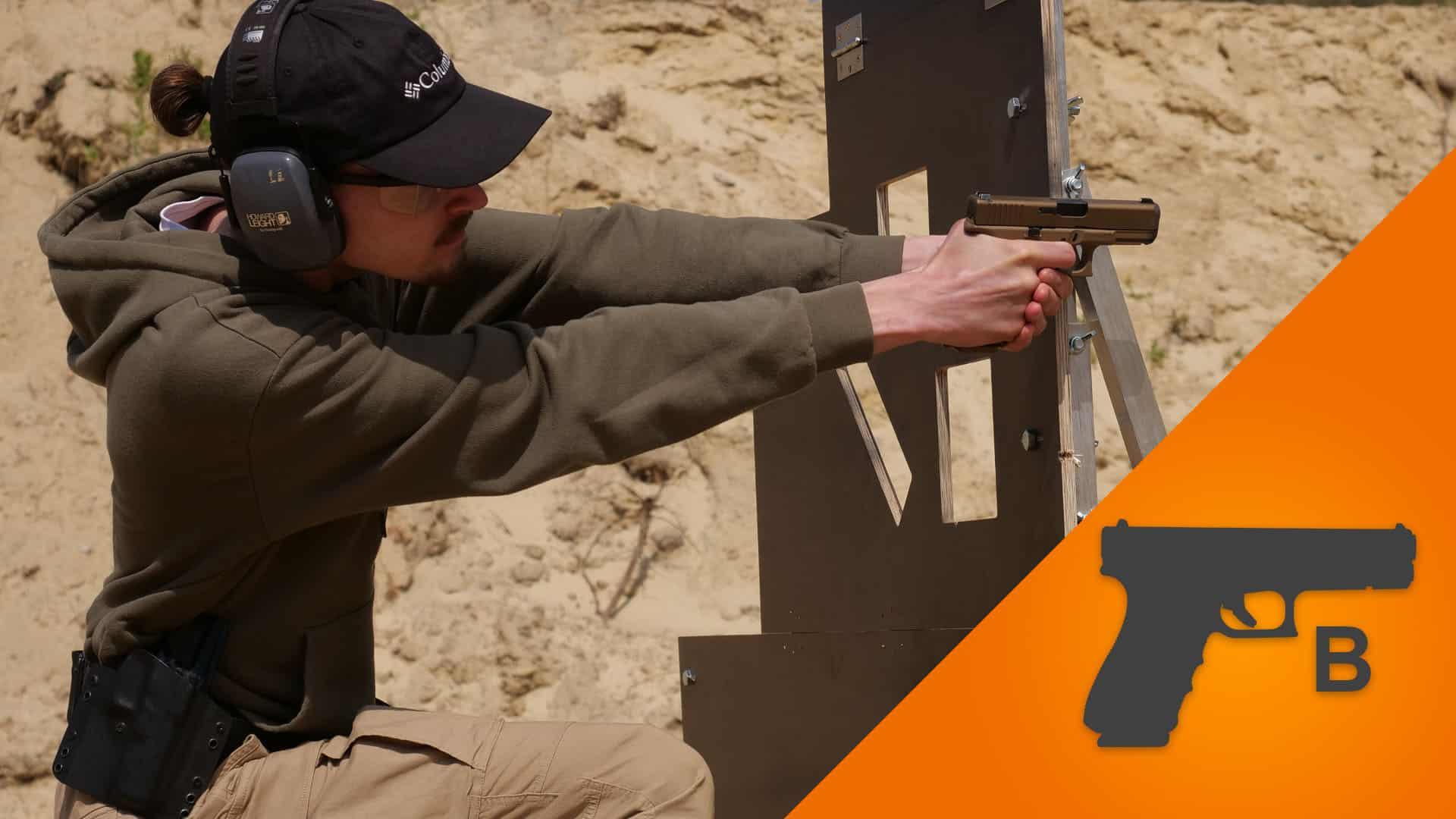 """Kadr z średnio zaawansowanego szkolenia strzeleckiego Pistolet Średnio Zaawansowany """"B"""". Kursanci są uczeni pracy na zasłonach, barykadach, a także w zaawansowanych postawach strzeleckich."""